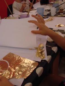 Ateliere-copii-Caravana-Muzeelor-Anaid-Art-Gallery-Jucaria-aurita